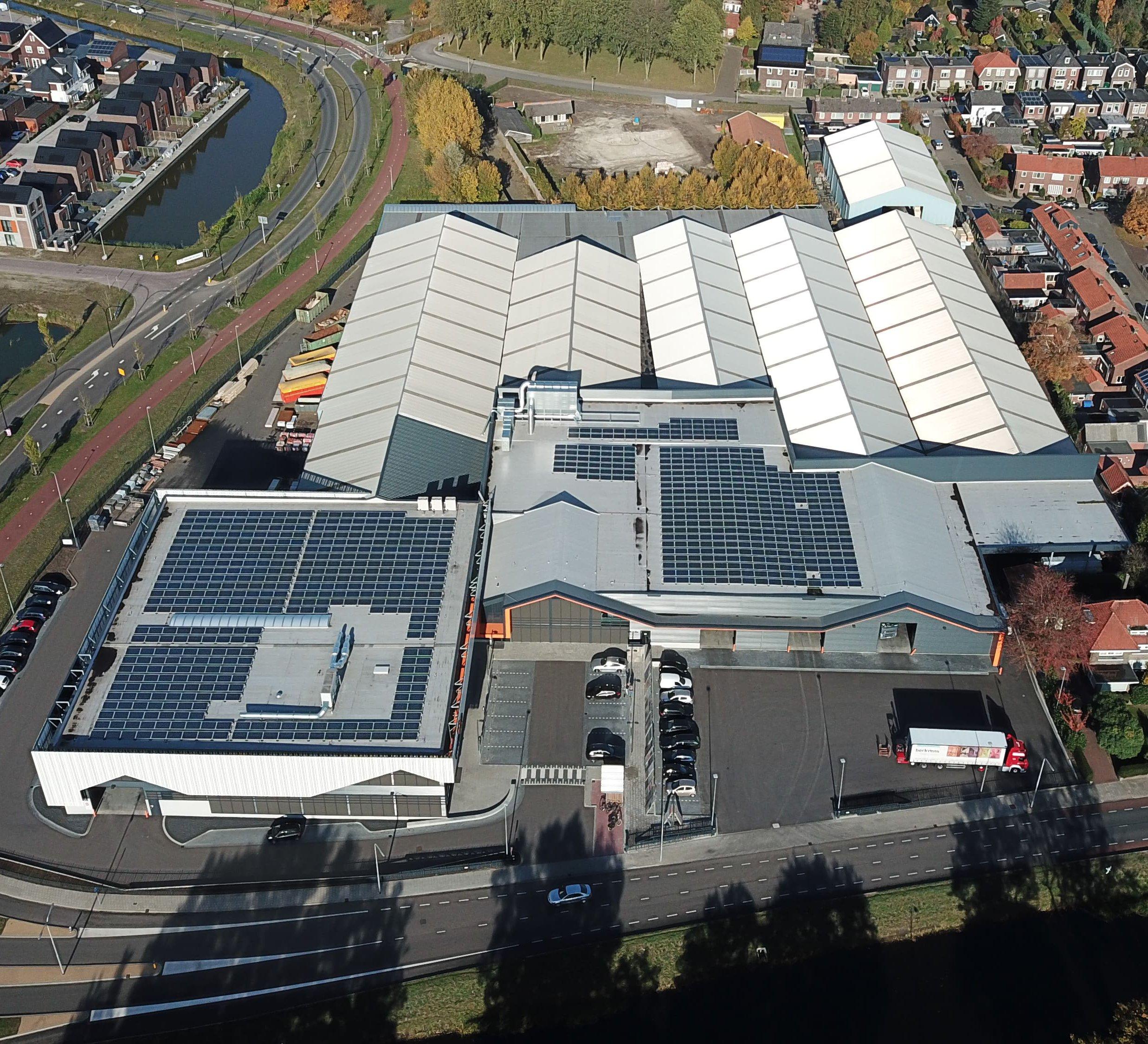 zonnepanelen-dak-nieuwbouw-almelo-witzand-bouwmaterialen